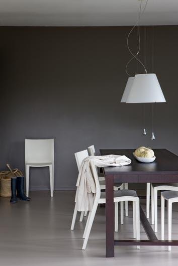 Grijze vloer en muur met witte accenten villa d 39 esta interieur en wonen for Grijze muur