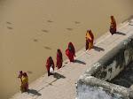 נשים יורדות לטבול באגם בפושקאר
