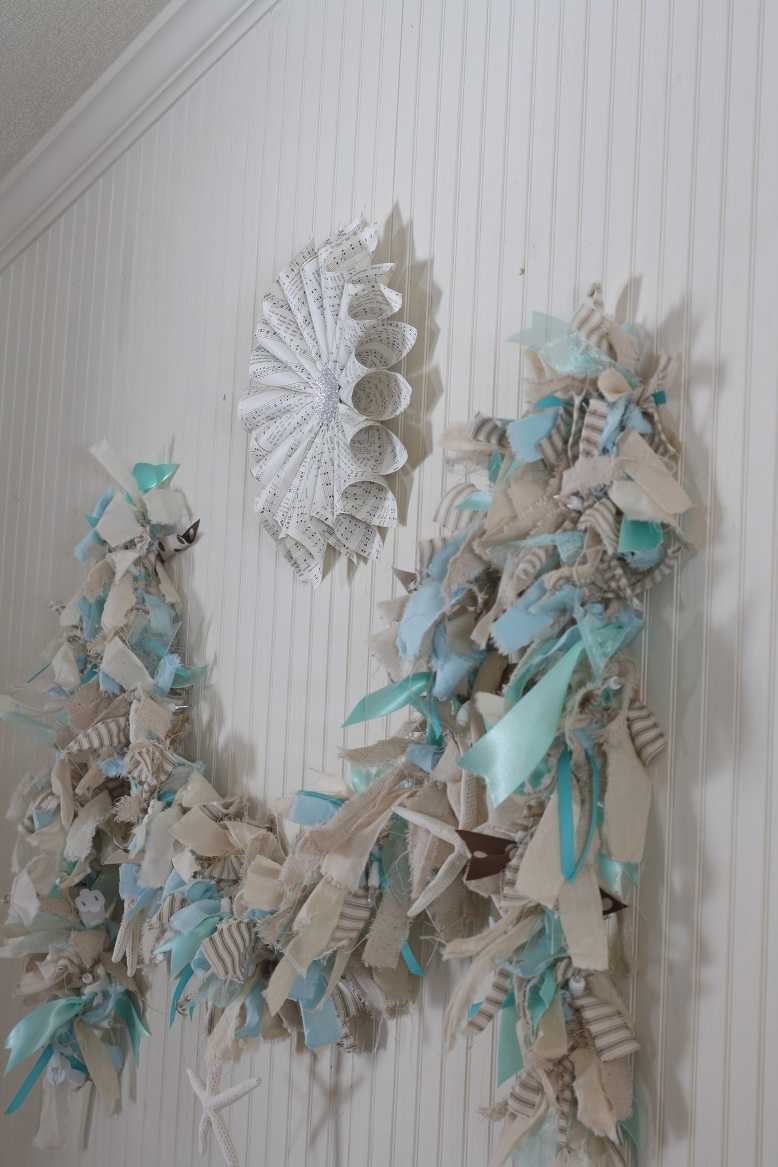 Make your own lighted raggamuffin garland the shabby for Table de noel shabby chic