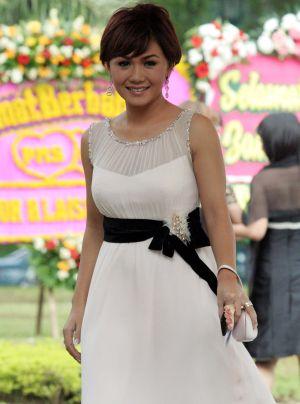 Yuni shara photo new gallery actress indonesia adm on yuni shara on 1223 am reheart Image collections