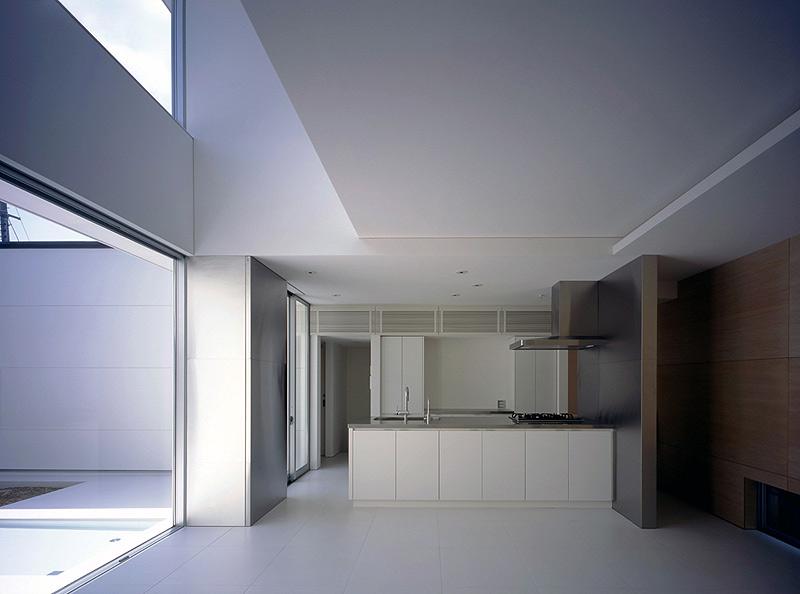 Interiores minimalistas casa con una peque a piscina por - Casa minimalista interior ...