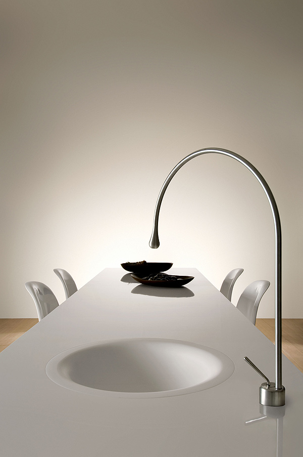 Casa inspiracion gessi pone un grifo en la mesa con goccia for Comedor gota