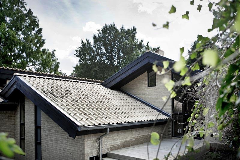 Casa de norm architects r stica por fuera minimalista for Casa minimalista rustica