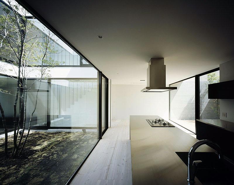 La casa patio un proyecto de apollo architects for Muebles para patios interiores