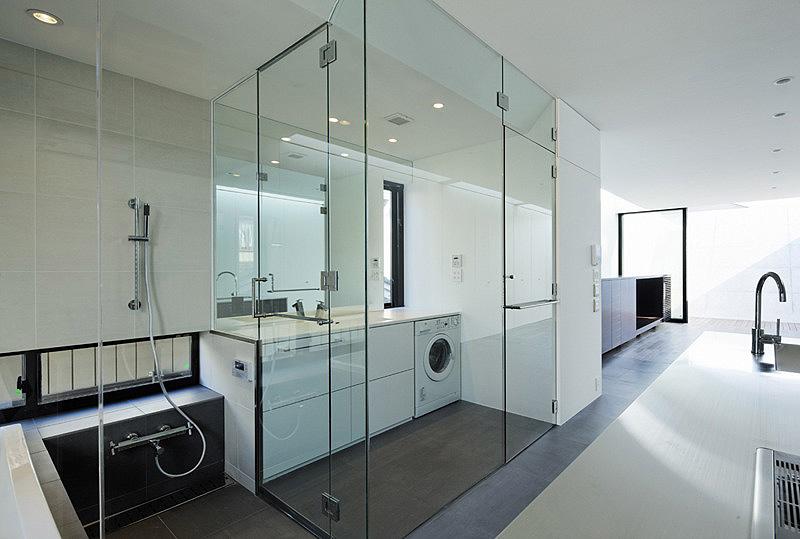 Flow una casa de homig n madera y cristal de apollo architects - Cerramientos de cristal para cocinas ...