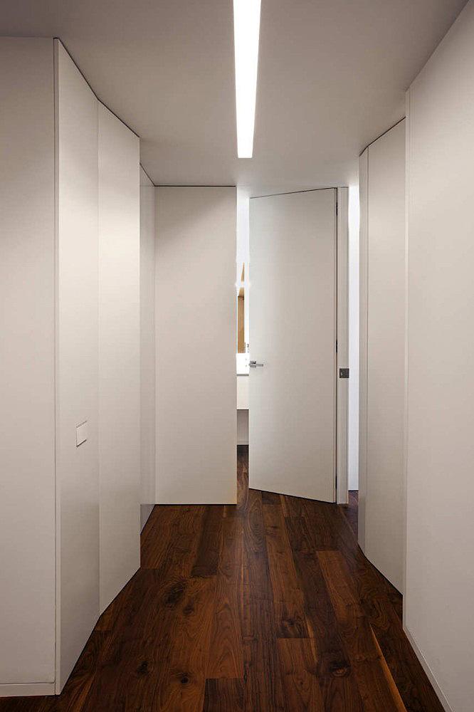 Interiores minimalistas una casa entre la ciudad por for Interiores minimalistas