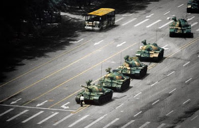 Foto Homem Tanque (Tank Man/ Unknown Rebel - Tiananmen Square)
