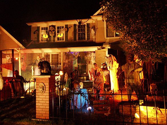 mighty lists 13 cool home halloween displays. Black Bedroom Furniture Sets. Home Design Ideas