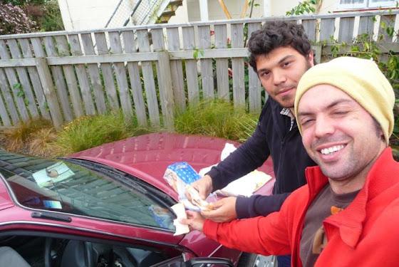 Aquí estamos comiendo camino a Tauranga los sanguchitos baratos