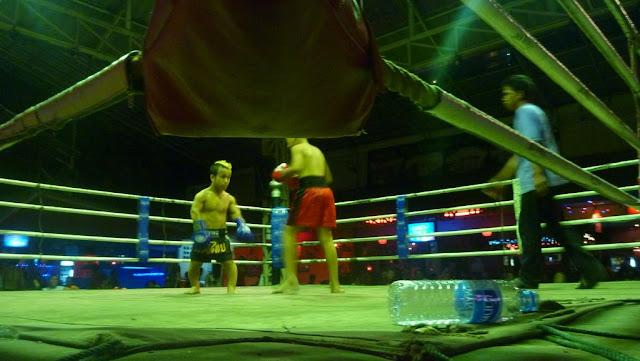 Aquí hay una de las peleas de Muay Thai con un enano