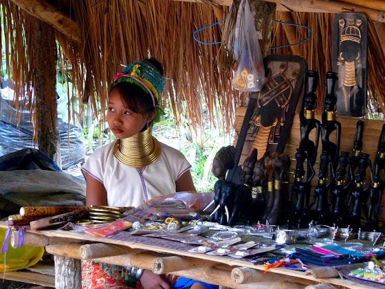 Una niña de la tribu de los Long Neck en Chiang Mai, Tailandia