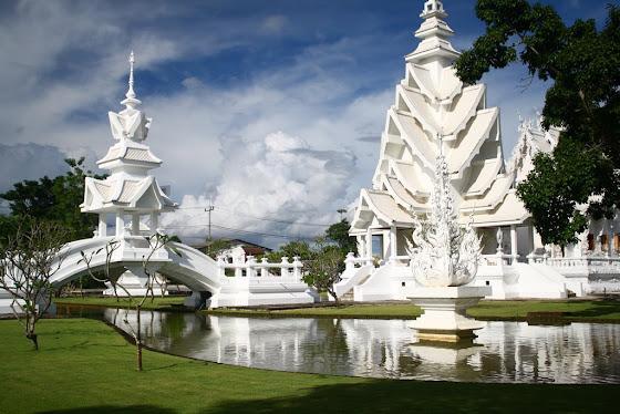 Otra vista exterior del White Temple