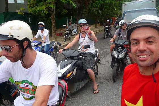 Aquí estoy yo con los chicos en las motos