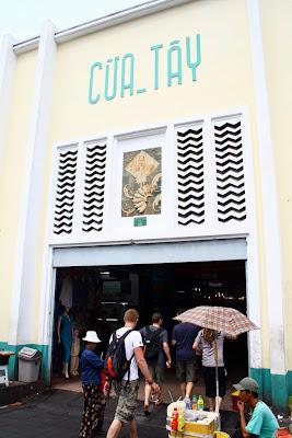 Entrada a un mercado en Vietnam