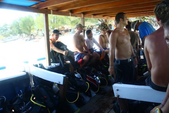 En el barco para hacer buceo en Gili Islands