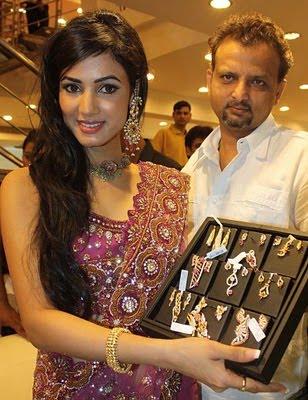 Sonal Chauhan inaugurates Chhabra 555 jewellery store