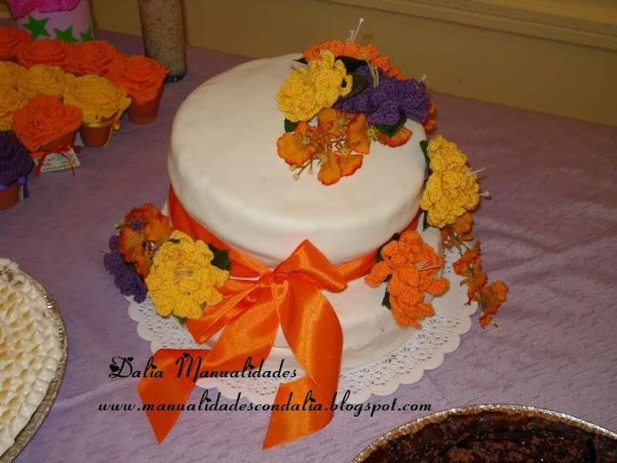 torta decorada con flores al crochet