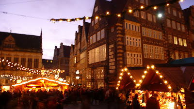 Image of Bremen´s town square, during the Christmas market, at night.