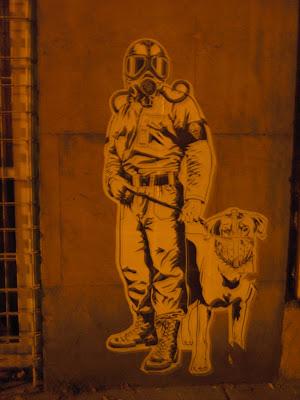 Vigilante nocturno armado con perro en la Krr. 14 con la 39. 4 de febrero de 2008, el día de las marchas contra las FARC