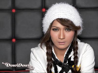 Yang satu ini menjadi vokalis paling keren di Dewi Dewi.