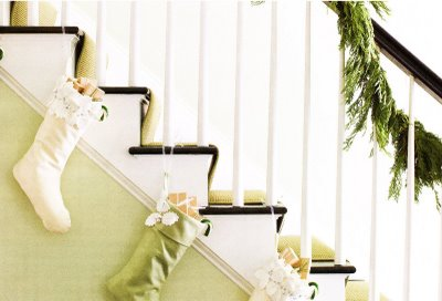 Inspiration theholidaydecorbio for Hang stockings staircase
