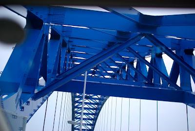 橋の青い骨組み