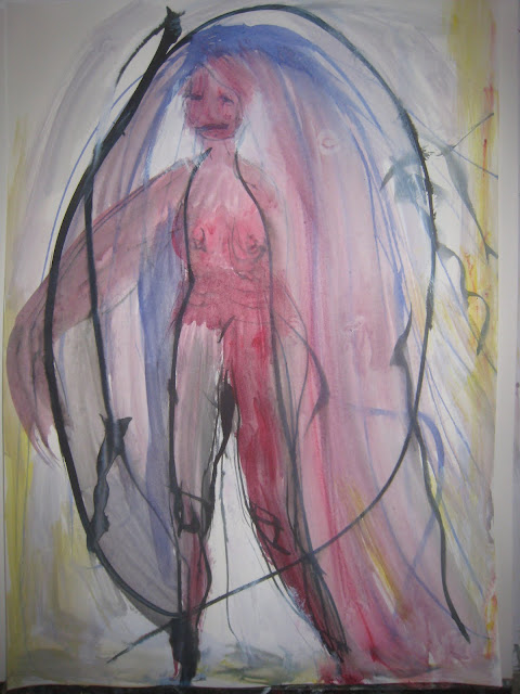 Mujer de cuerpo entero con capa y velo
