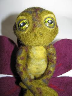 ...Лягушка - валяние по сухому на каркасе,вся ее длина 23см,сидя 12...