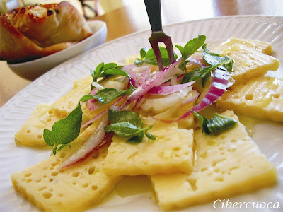 Queso  casero  con cebolla , orégano fresco y aceite de oliva