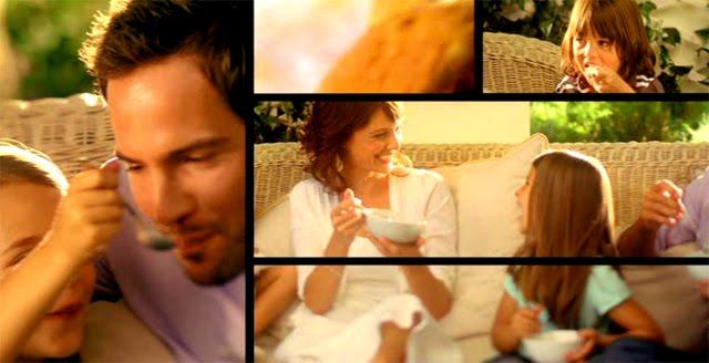 Personas comiendo helado en el anuncio Frigo Carte D'Or Choco Chip Muffin