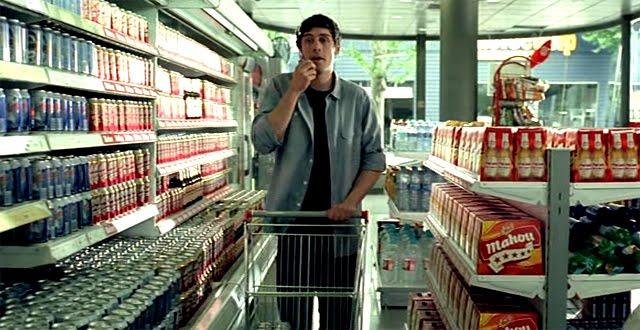 Chico comprando cervezas