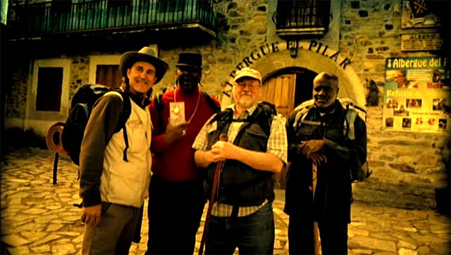 Ron Keine, Derrick Jaminson, Ray Krone y Shujaa Graham haciendo el Camino de Santiago con Aquarius