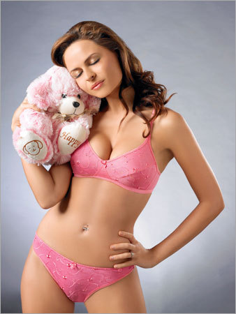 LADIES UNDERGARMENTS: Tips For Preteen Bras And Teen Lingerie