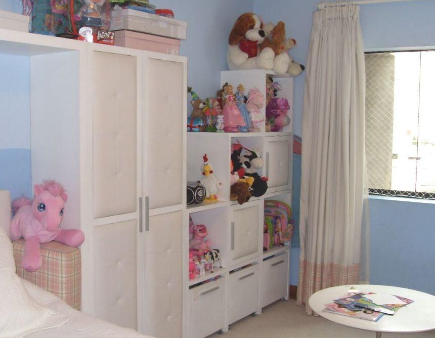 Dise o de interiores dormitorios infantiles ni as - Mueble para guardar juguetes ...