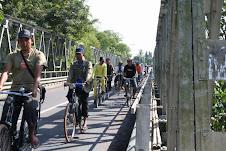 nyebrang jembatan
