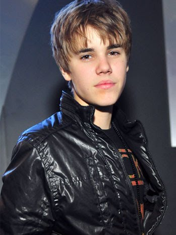 JUSTIN BIEBER wore purple-rimmed 3D glasses to the Golden Globe Awards on