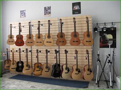 гитары в магазине