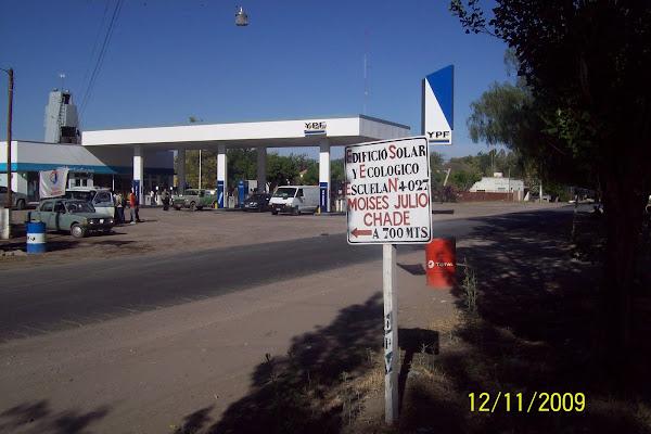 La estacion de servicio del lugar, y el cartel de Esc. Chade