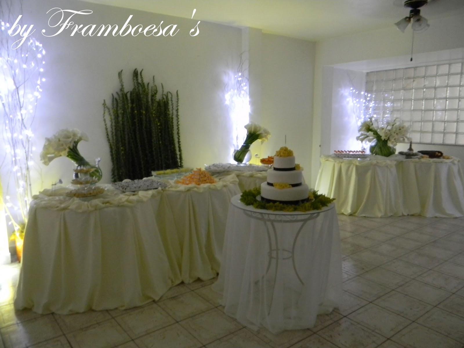 Mesa do bolo de vidro com organza e folhagens mesa de doces e  #4C527F 1600x1200