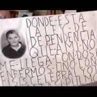 Pancarta con imagen de una señora en la que dice: ¿Dónde está la Ley de Dependencia que a mi no me llega...?