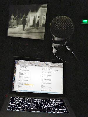 Monitor mit zu verdolmetschenden Untertiteln, Mikrophon, Kinoleinwand