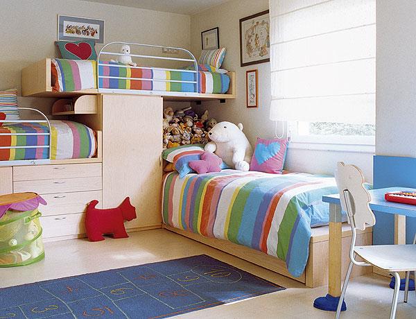 Se o quarto for largo essas duas disposições das camas ficam legais