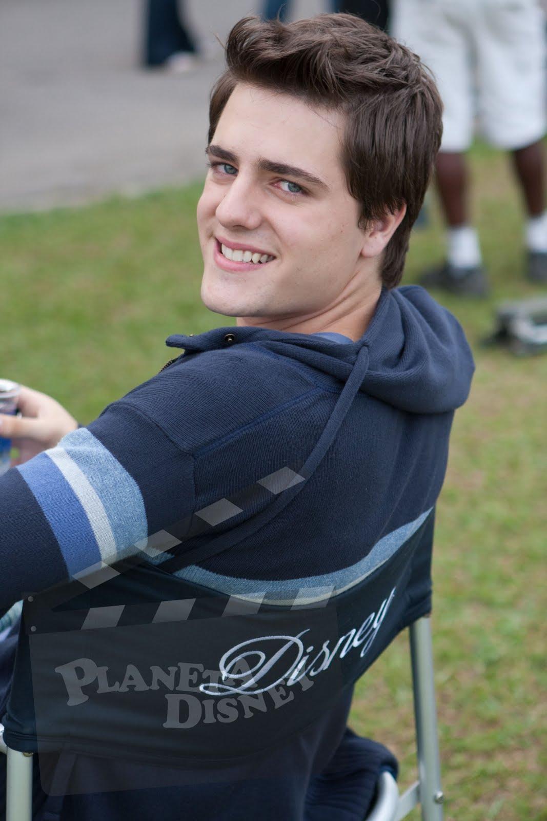 [Olavo+Cavalheiro+brinca+com+a+cadeira+da+Disney+no+set++de+filmagens.jpg_rgb.jpg]
