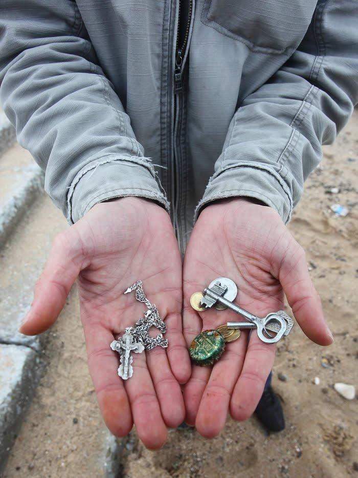 Franciska : поиски драгоценностей в воде металоискателем.