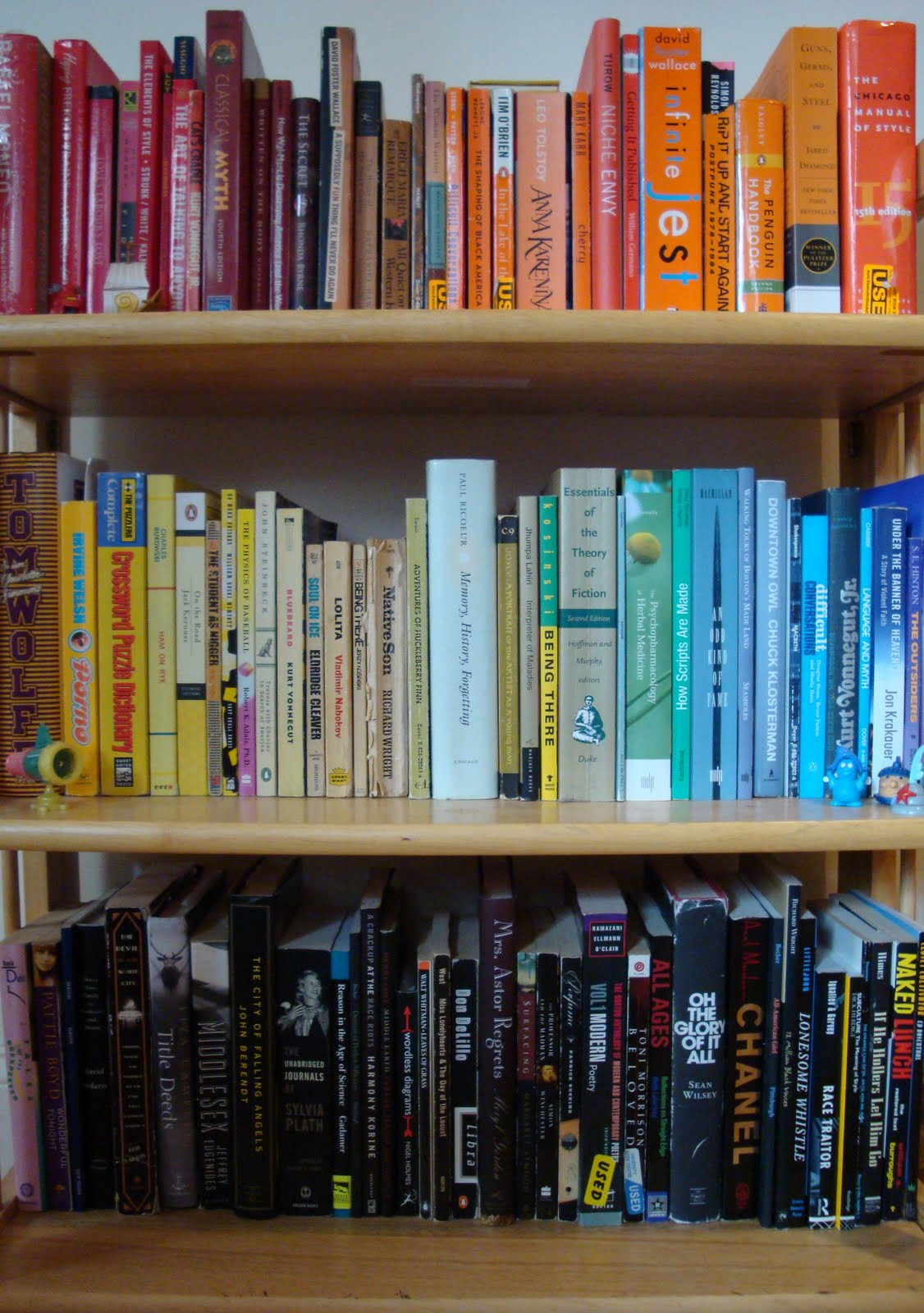 Bookshelves color - I Love The Looks Of These Color Coordinated Bookshelves It Makes Me Want To Buy A Huge Bookshelf And Fill It With Colorful Books