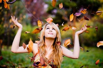 mujer+hojas+otoño