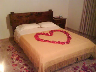 imagen cama+corazón+petalos de rosas