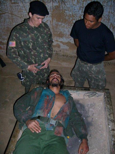 Corpo de Che exposto no Hospital da Malta em Vallegrande