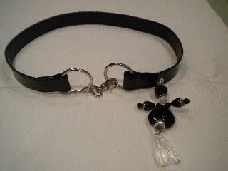 cinta, vernice nera e ciondolo (Tizio)