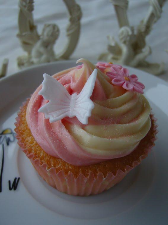 White Cupcakes mit weißer Schokoladen-Buttercreme